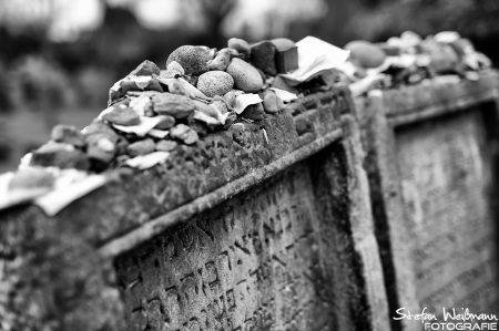 Anstelle von Blumen werden Steine gelegt